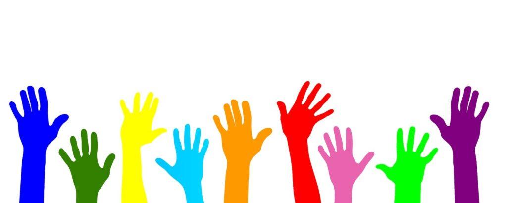bunte Hände, die nach oben gestreckt werden